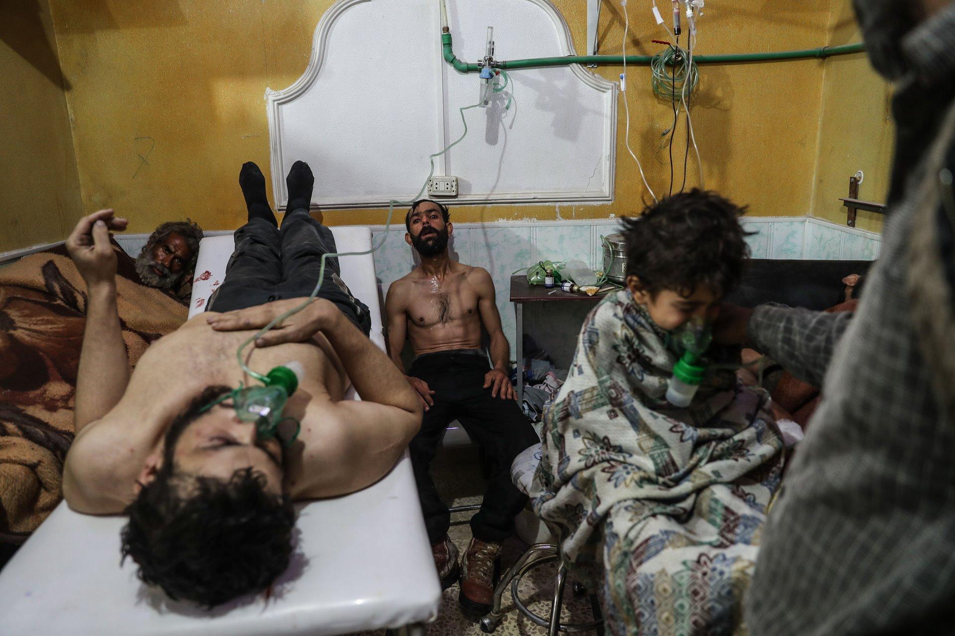 Sobre febrero de 2018, la población de Ghouta Oriental, un distrito suburbano a las afueras de Damasco y uno de los últimos enclaves rebeldes en el conflicto sirio en curso, había estado bajo el asedio de las fuerzas gubernamentales durante 5 años. Durante la ofensiva final, Ghouta Oriental fue atacada con cohetes y bombardeos aéreos,entre los que se incluyó al menos un supuesto ataque con gas localizado en la aldea de Al-Shifunieh el 25 de febrero de 2018 / Foto: Mohammed Badra (European Pressphoto)