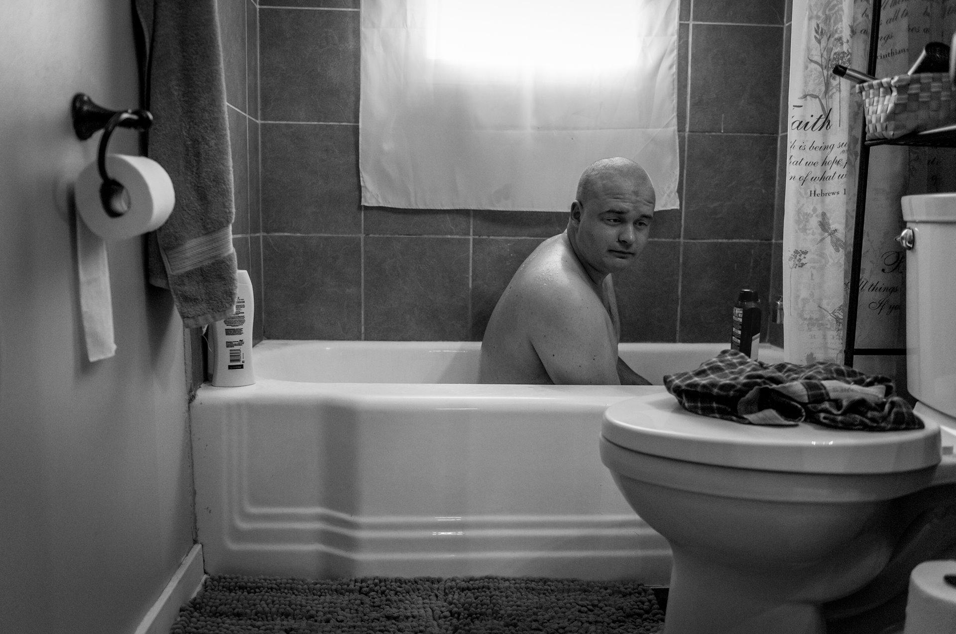 El ex marine estadounidense Ethan Hanson se baña en su casa de Austin, Minnesota, Estados Unidos, después de que un trauma sexual experimentado durante su servicio militar lo dejó incapaz de ducharse / Foto: Mary F. Calvert