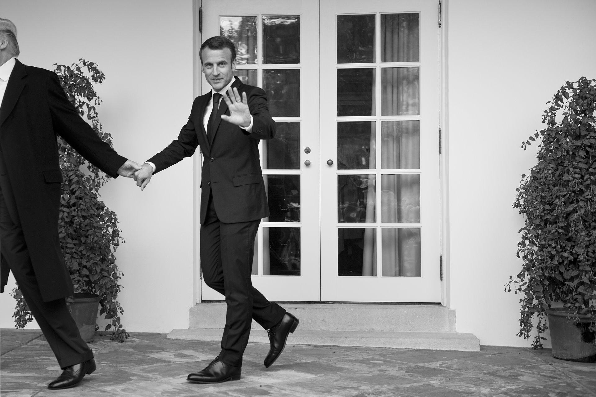 El presidente de Estados Unidos, Donald Trump, dirige de la mano al presidente de Francia, Emmanuel Macron, mientras caminaba hacia la Oficina Oval de la Casa Blanca, en Washington DC, el 24 de abril de 2018. La visita de 3 días de Macron a los Estados Unidos fue la primera visita oficial al estado de la administración Trump / Foto: Brendan Smialowsk