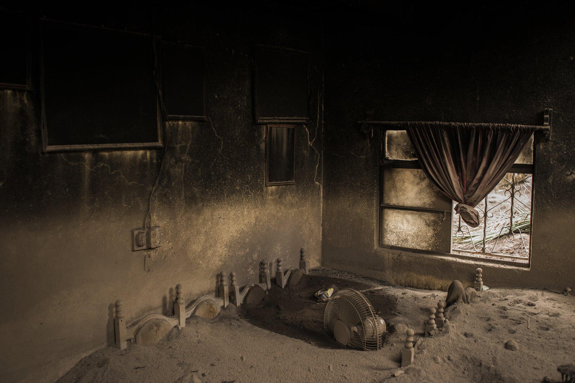 La sala de estar de una casa abandonada en San Miguel Los Lotes, Guatemala, se encuentra cubierta de ceniza después de la erupción del Volcán de Fuego el 3 de junio de 2018 / Foto: Daniele Volpe