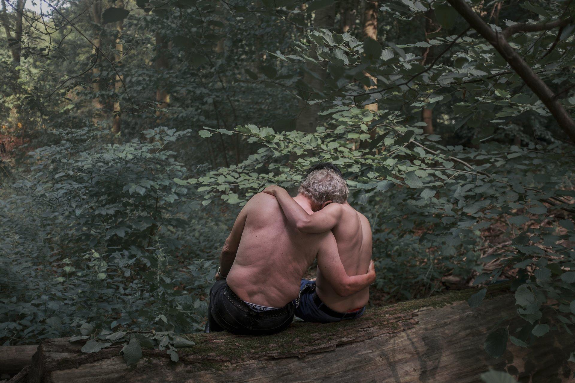 Jochen de 71 años y Mohamed de 21 (nombres ficticios) se sientan en el Tiergarten, Berlín. Jochen se enamoró después de conocer a Mohamed, un trabajador sexual en el parque. Han estado saliendo durante 19 meses. La prostitución entre adultos que consienten es legal en Alemania, y las organizaciones benéficas alemanas han informado un aumento notable en el número de jóvenes migrantes que recurren al trabajo sexual / Foto: Heba Khamis