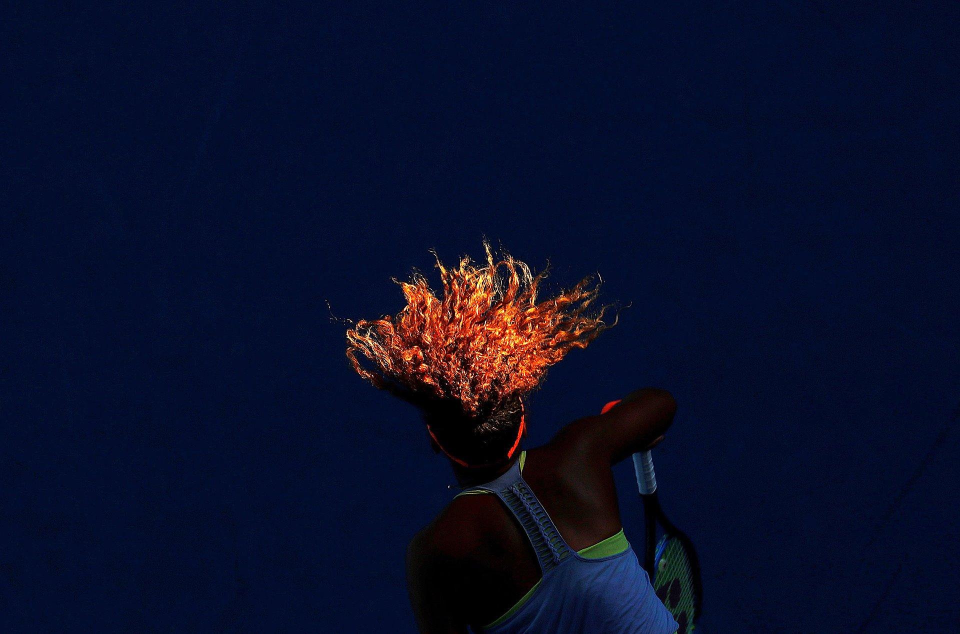 Naomi Osaka sirve durante su partido contra Simona Halep de Rumania durante el torneo de tenis Abierto de Australia, en el Margaret Court Arena, en Melbourne. Osaka, que nació de una madre japonesa y un padre haitiano que ahora reside en Florida, ganó el torneo / Foto: David Gray (Reuters)