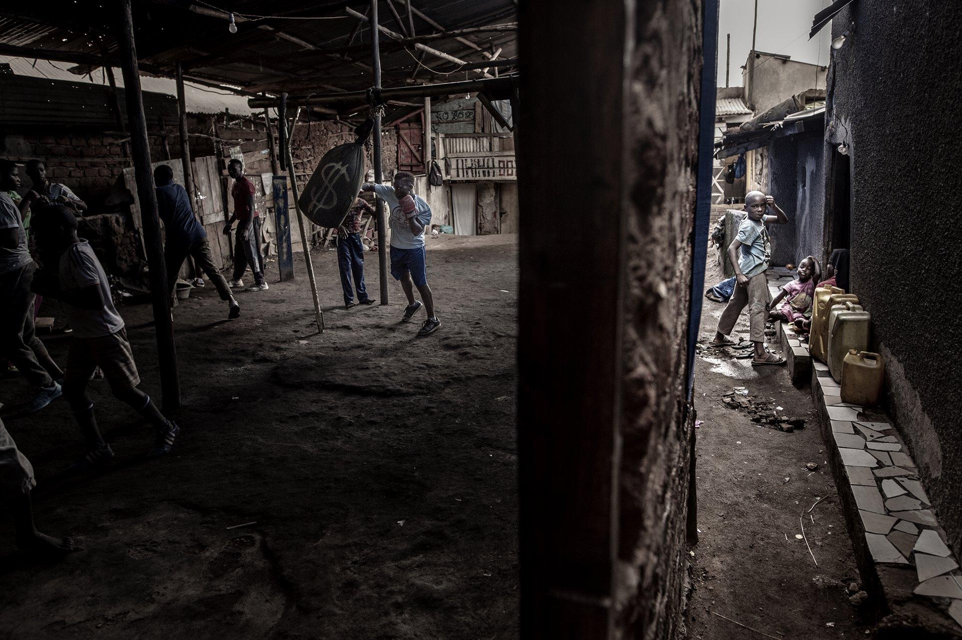El boxeador Morin Ajambo, de 30 años, entrena en Katanga, un gran asentamiento de tugurios en Kampala, Uganda. Más de 20.000 personas viven en Katanga, hacinadas y, a menudo, en la pobreza extrema. El club de boxeo no recibe fondos externos / Foto: John T. Pedersen