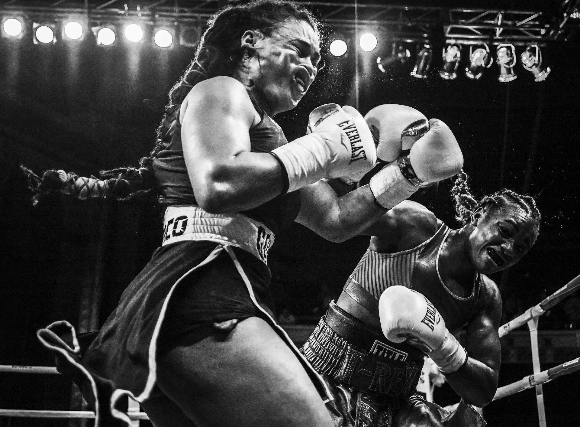 La campeona olímpica Claressa Shields -a la derecha- se encuentra con Hanna Gabriels en un combate de boxeo en el Templo Masónico en Detroit, Michigan, Estados Unidos. Shields sufrió una derrota de segunda ronda por parte de Gabriels, la primera en su carrera, pero ganó el partido por decisión unánime / Foto: Terrell Groggins
