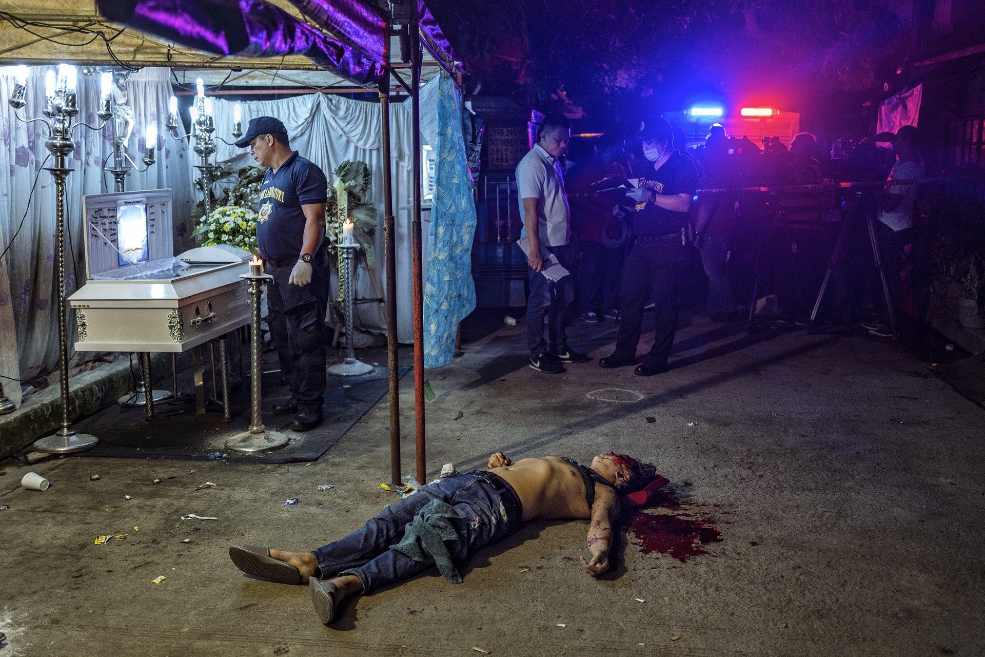 El cuerpo de Michael Nadayao yace en la calle después de ser asesinado a tiros por hombres no identificados, en Quezon City, Filipinas, el 31 de agosto de 2018. El presidente Rodrigo Duterte comenzó una ofensiva antidrogas poco después de asumir el cargo en junio de 2016, ordenando repetidas veces más ataques contra sospechosos / Foto: Ezra Acayan