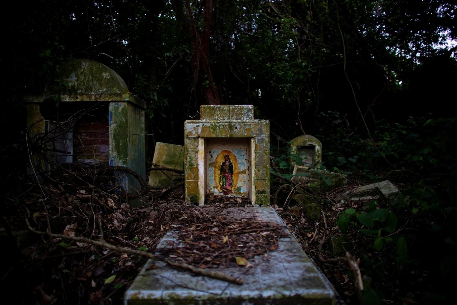 Una imagen de la Virgen María se muestra en una tumba en el cementerio Cabezal Puerto Ceiba, en Paraiso, México, el 8 de diciembre de 2018.
