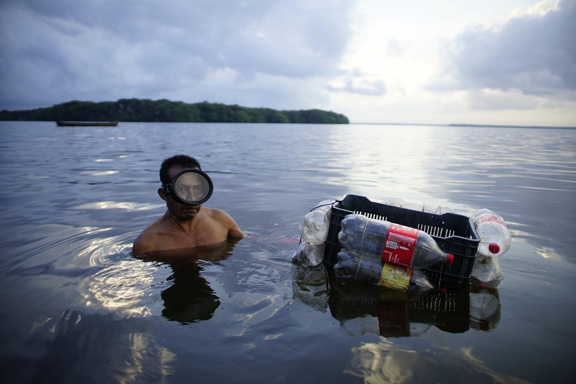 El pescador Carlos Reyes atrapa ostras en un área de manglares en la laguna de Mecoacan cerca de Paraiso, México, el 9 de diciembre de 2018.