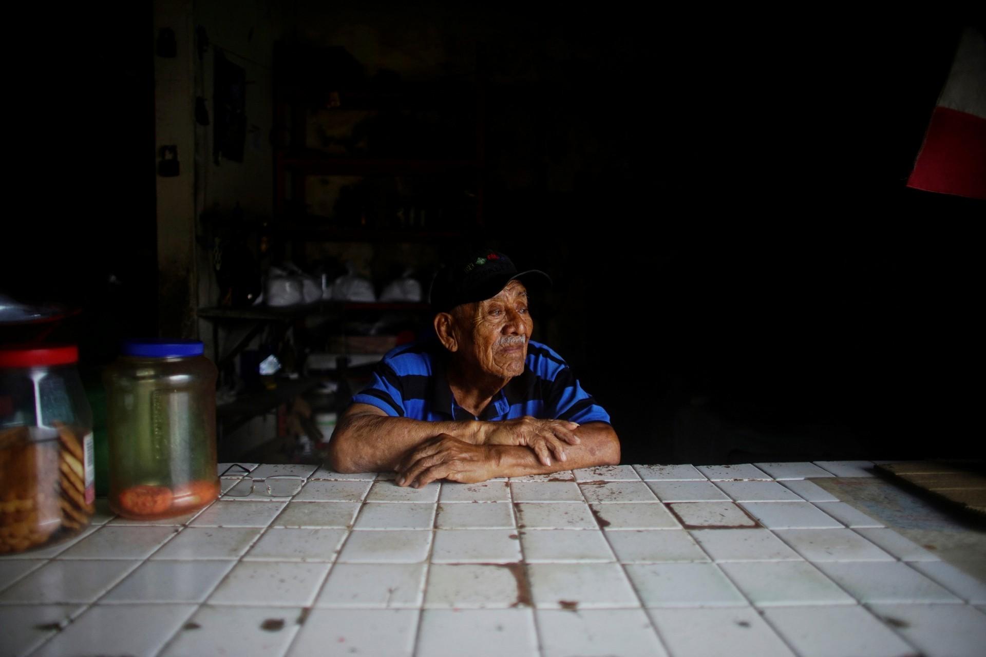 El ex pescador Carlos Reyes trabaja en su tienda en Paraiso, México, el 10 de diciembre de 2018.