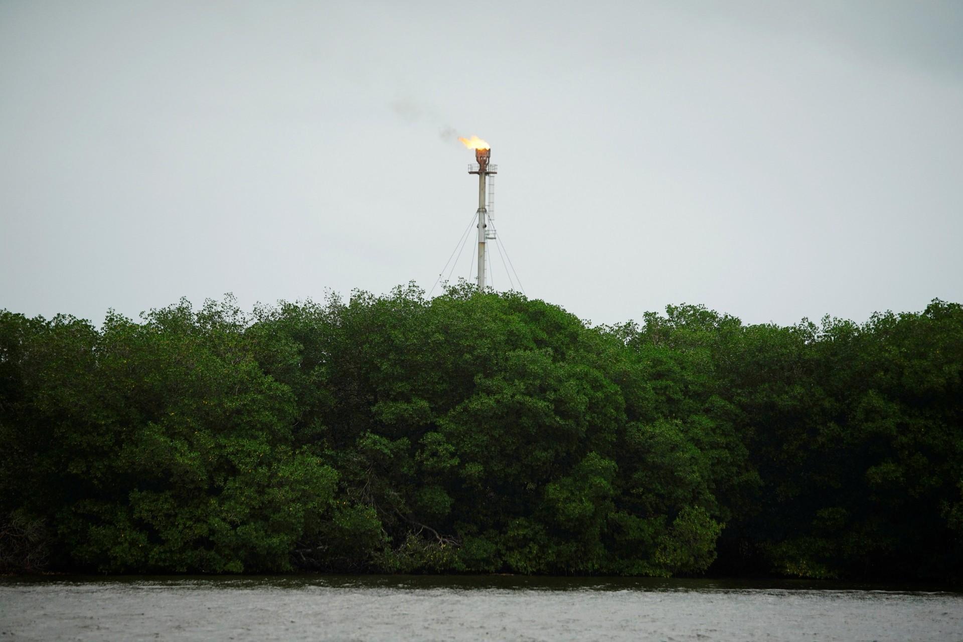 Una chimenea se encuentra en la terminal de petróleo crudo Dos Bocas cerca de un área de manglares en Paraiso, México, el 10 de diciembre de 2018.