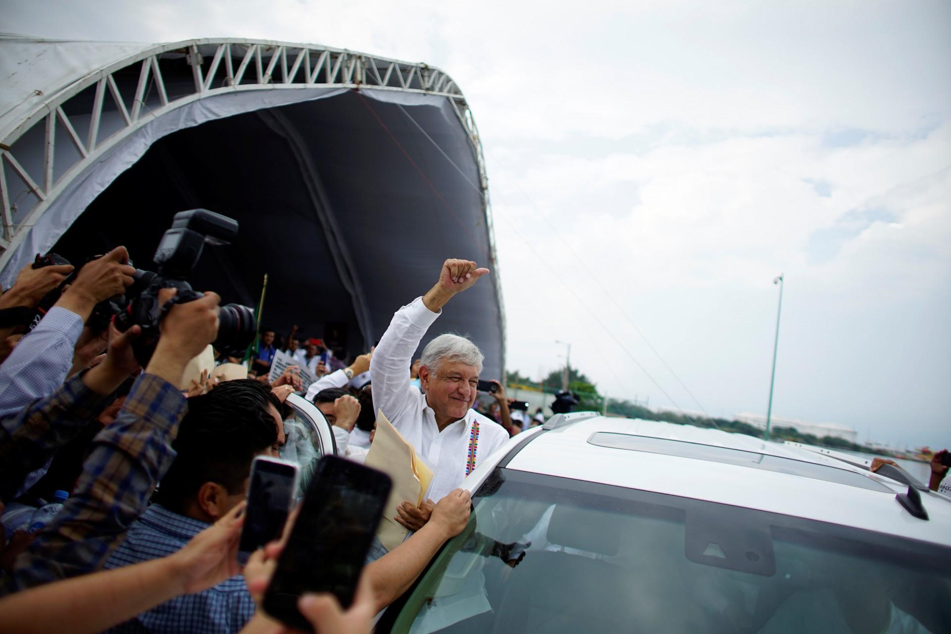 El nuevo presidente de México, Andrés Manuel López Obrador reacciona ante los partidarios después de un evento para revelar su plan de refinación de petróleo en Paraiso, estado de Tabasco, México, 9 de diciembre de 2018.