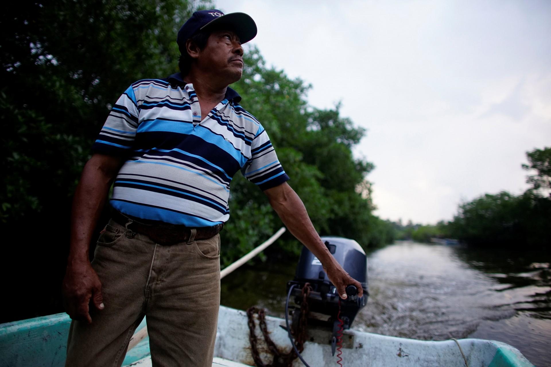 El pescador Rafael de la Cruz Hernández, de 60 años, conduce un bote en un área de manglares en Paraiso, México, el 9 de diciembre de 2018.