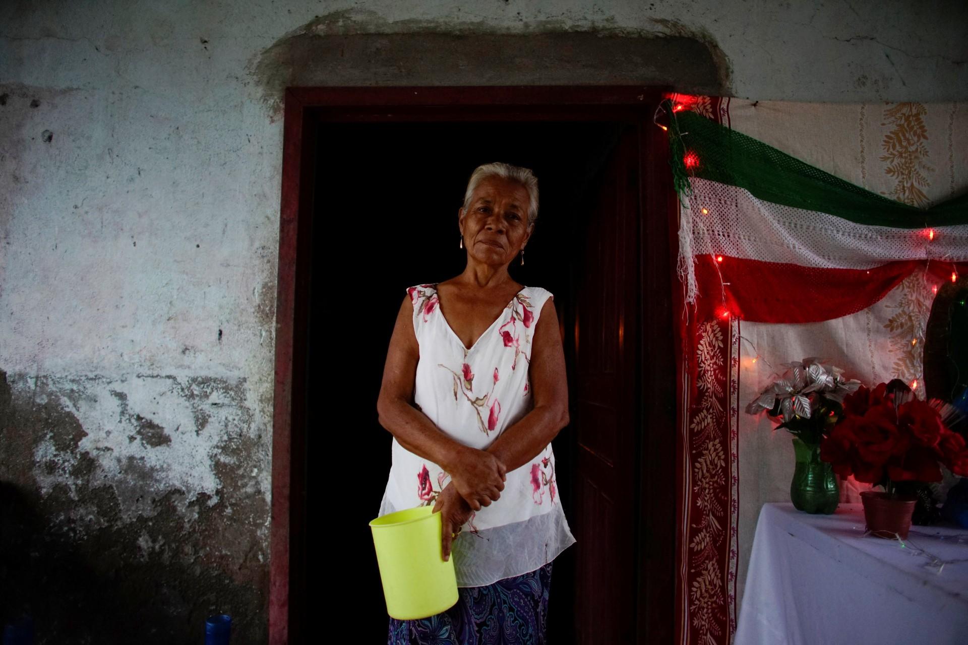 Olivia del Carmen Magana, de 65 años, se para a su puerta, donde trabaja en la aldea de Chiltepec, en Paraiso, México, el 9 de diciembre de 2018.