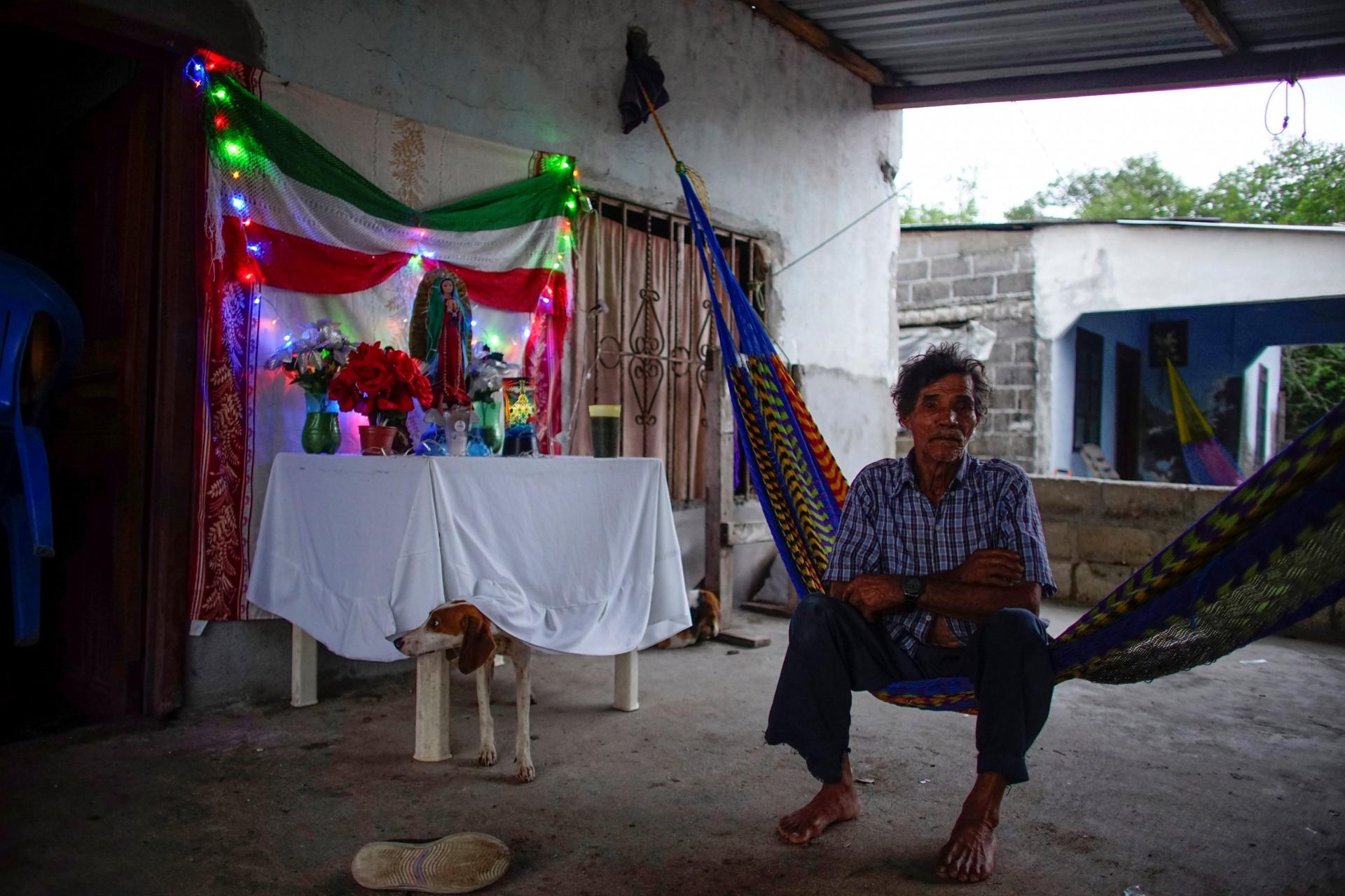 El pescador Humberto Campo, de 77 años, mira la cámara mientras se sienta en su porche en la aldea de Chiltepec, en Paraiso, México, el 9 de diciembre de 2018.