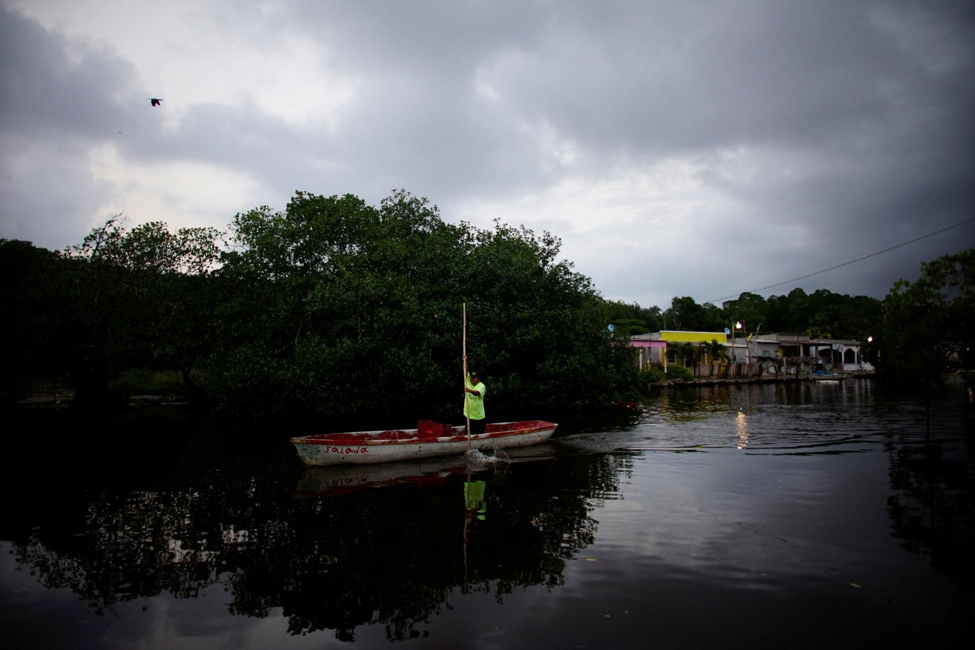 Un hombre maneja un bote en un área de manglares en el pueblo de Chiltepec, en Paraiso, México, el 9 de diciembre de 2018.