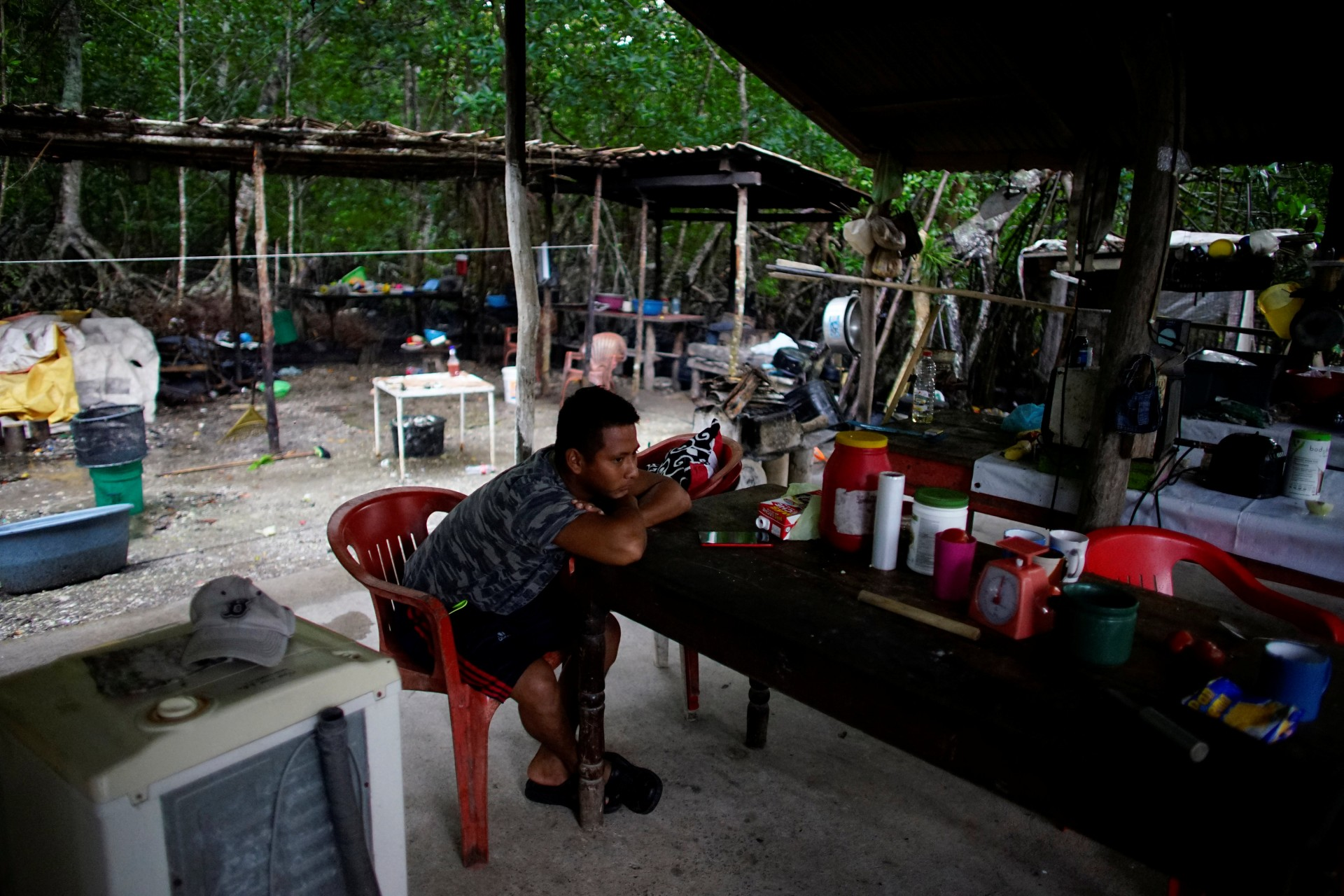 El pescador Rafael de la Cruz descansa en su casa en el pueblo de Chiltepec, en Paraiso, México, el 9 de diciembre de 2018.