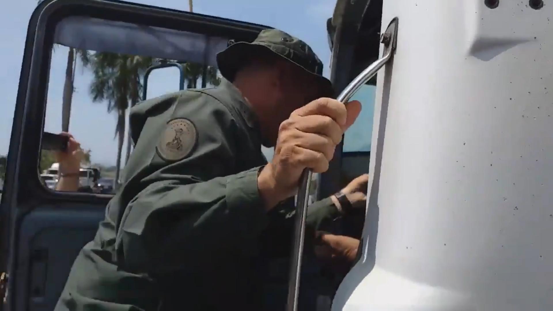 El momento en que el guardia chavista agrede a la caravana opositora