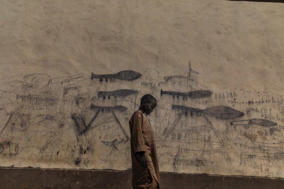 La tristeza de un niño que refleja el problema de la desertización del lago Chad, del que depende unas 40 millones de personas. (MARCO GUALAZZINI (CONTRASTO)