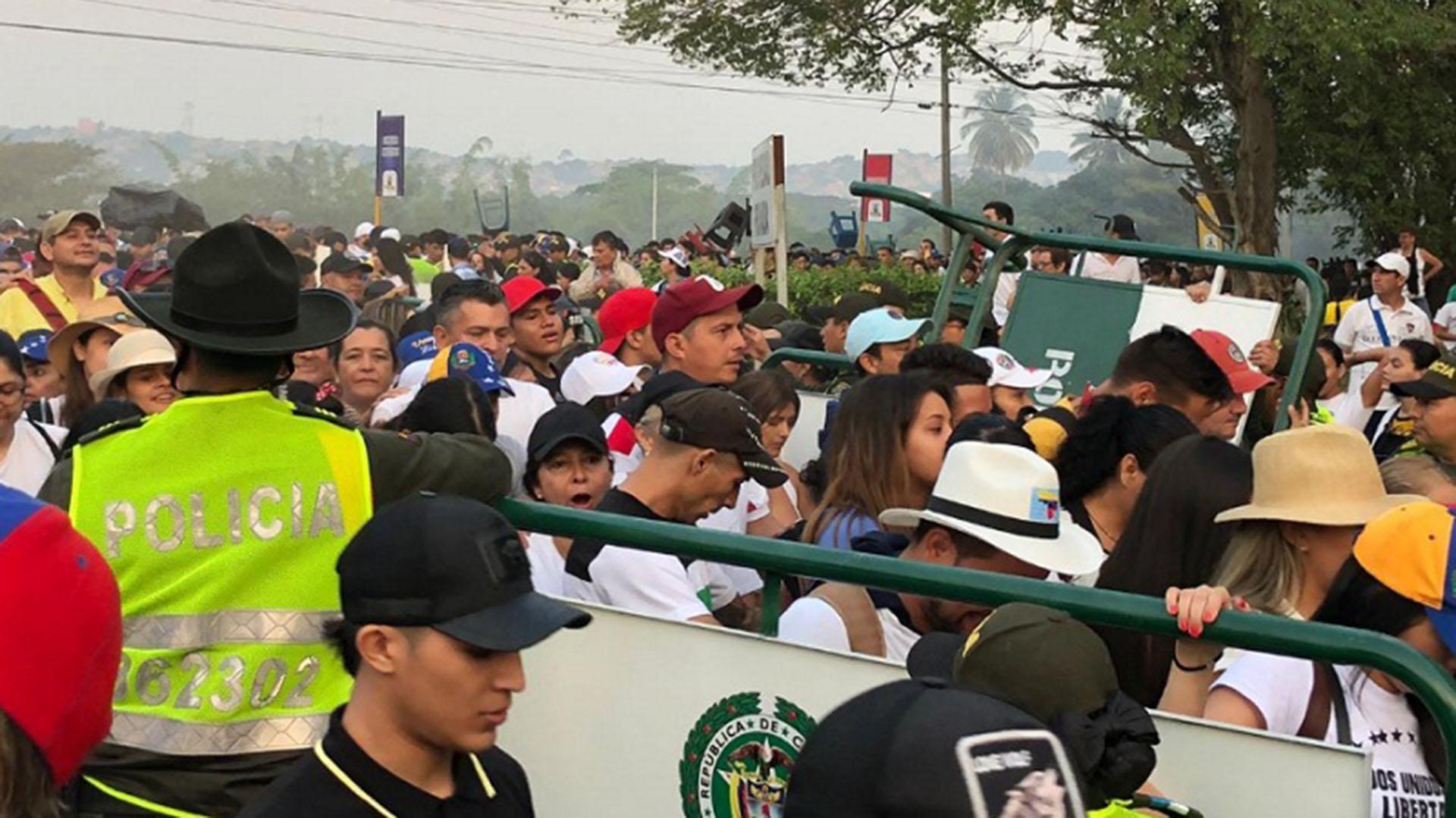 Miles de personas estaban esperando tras acampar durante la noche cerca de las vallas (Twitter: @NoticiasRCN)