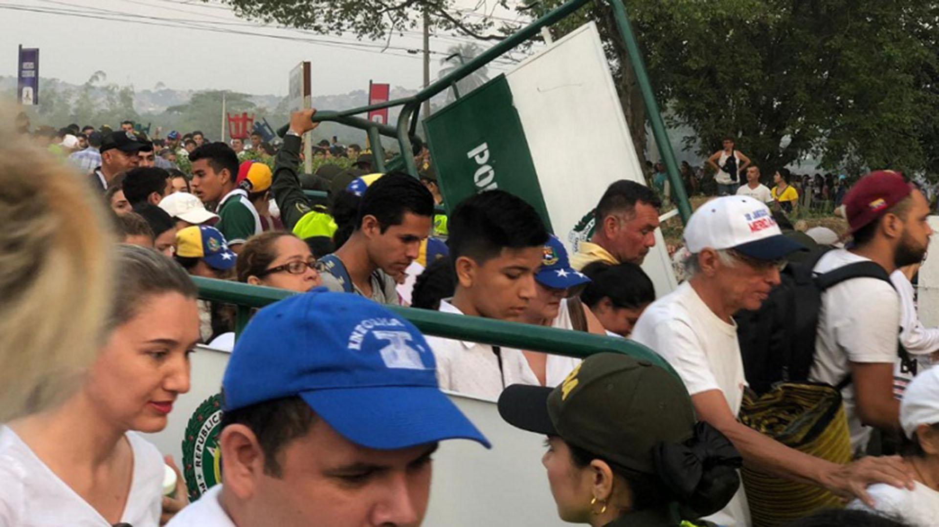 El momento en que se abrieron las puertas de la zona de acceso al festival (Twitter: @NoticiasRCN)