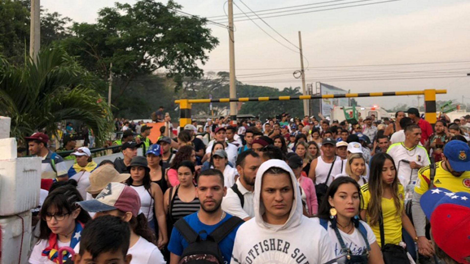 La caravana de personas que se acerca al recital (Twitter: @NoticiasRCN)
