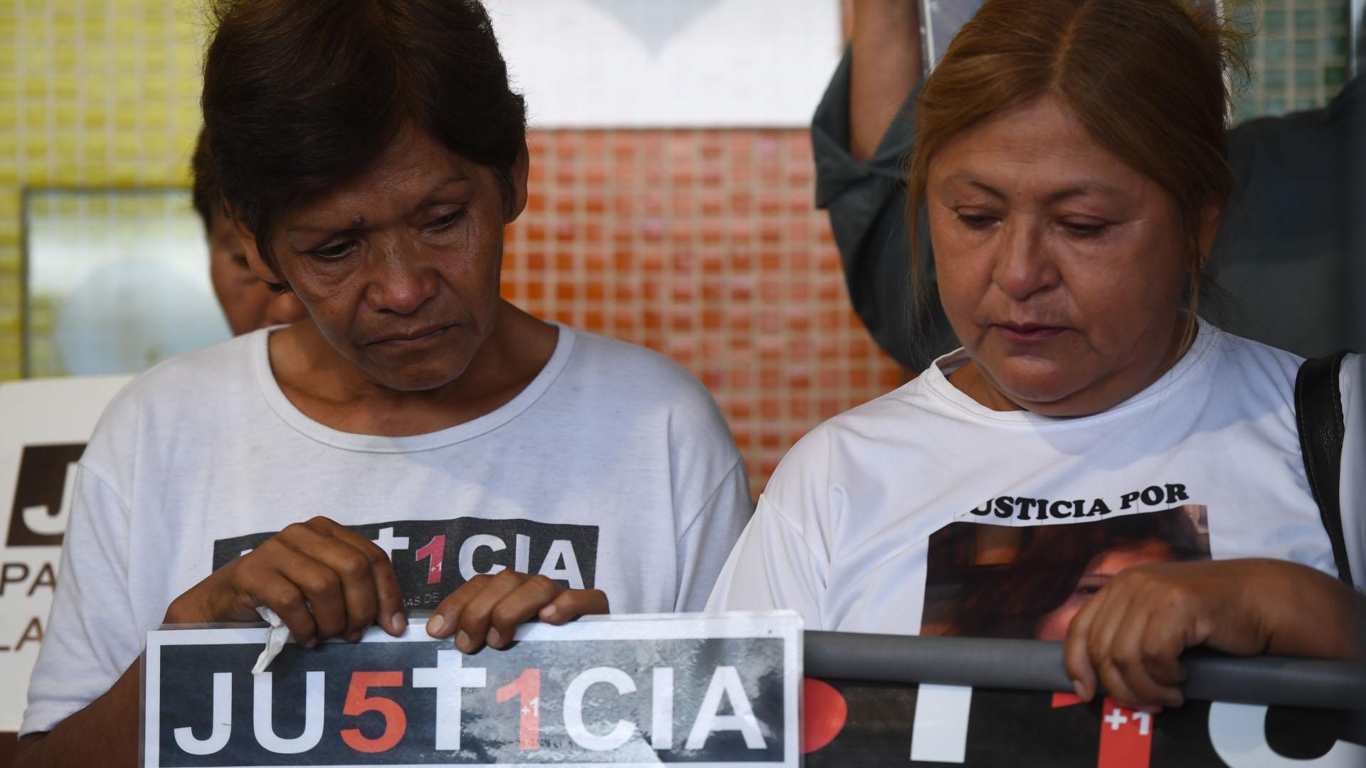 Con carteles con las fotos de sus seres queridos muertos en la tragedia, los familiares llevaron adelante el homenaje en la estación del barrio de Once