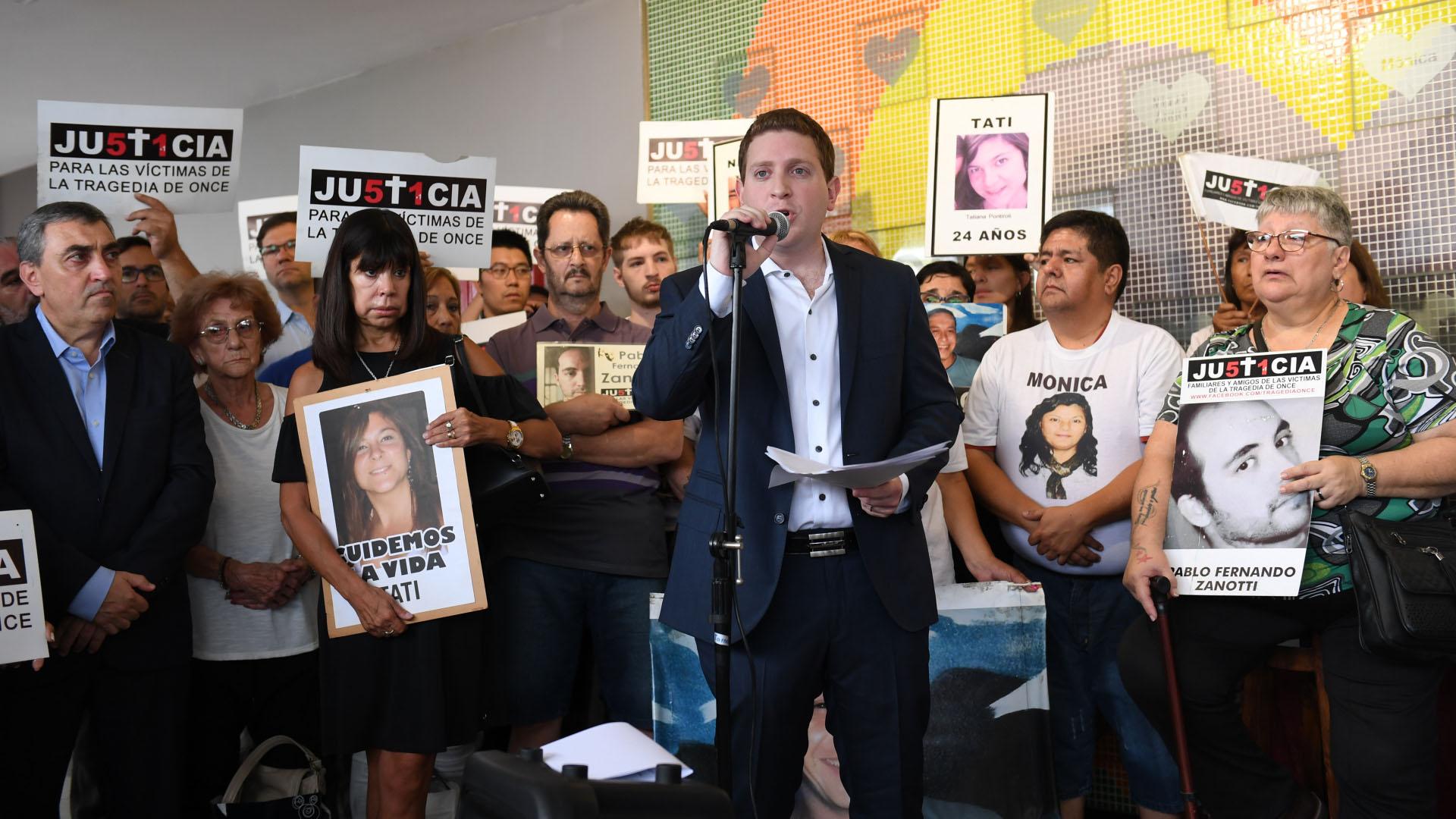 El periodista Jonatan Viale fue el conductor del acto