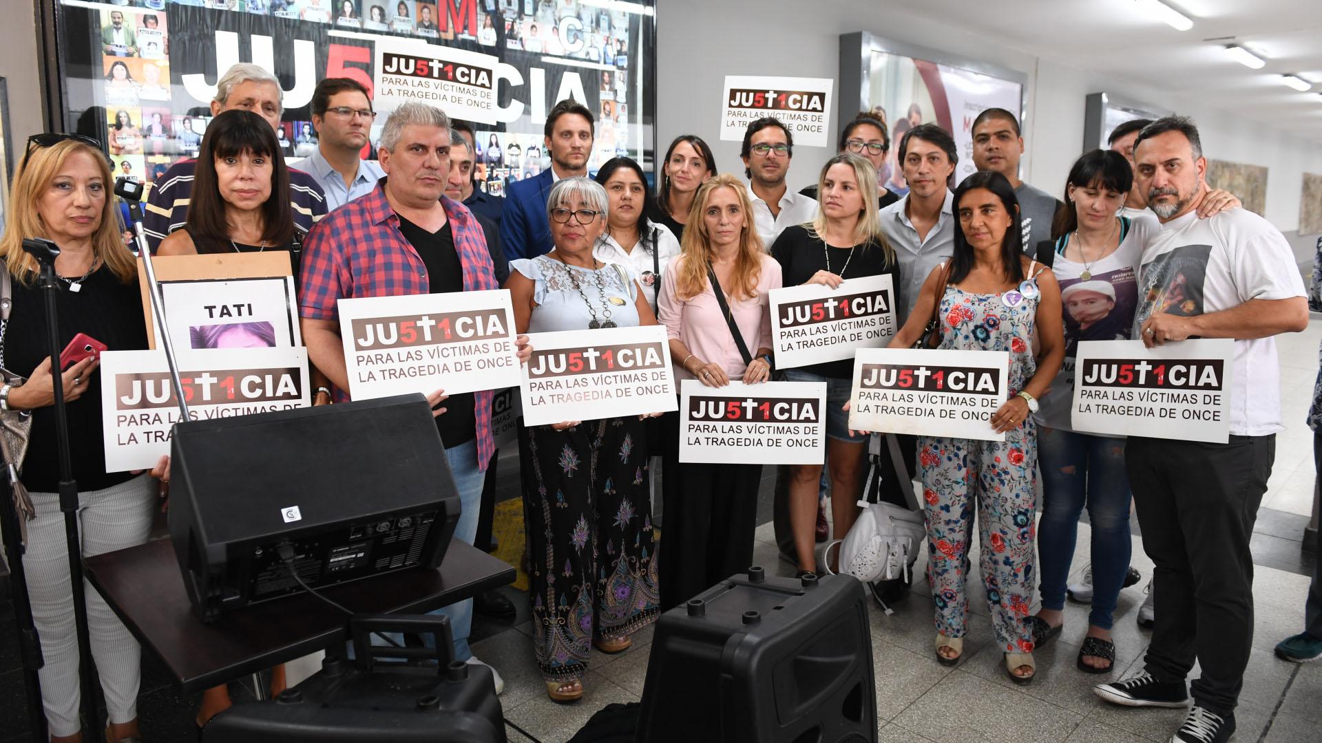 Los familiaresen el andén de la tragedia, junto a representantes de organizaciones sociales