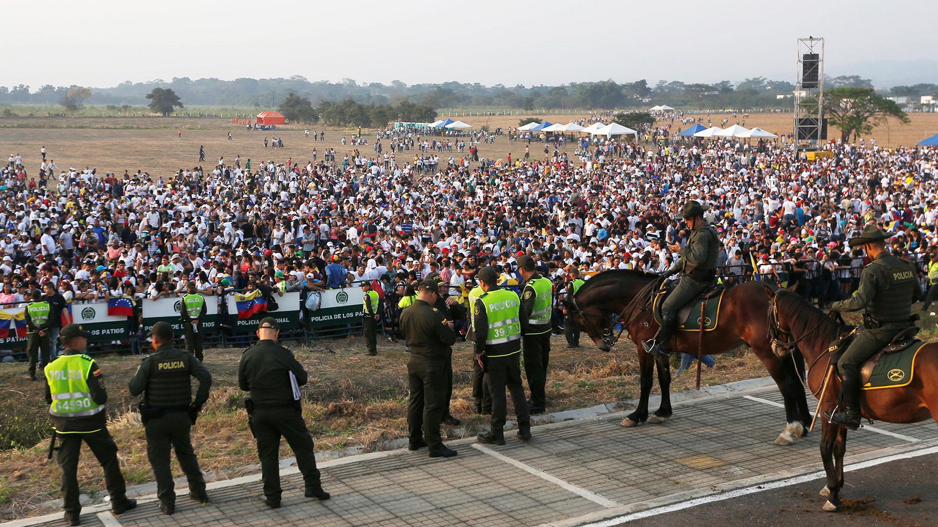 Policías colombianos de a pie y del cuerpo de la montada montan guardia a horas del comienzo del festival Venezuela Aid Live, mientras la gente ya se agolpa frente al escenario (Reuters/Luisa Gonzalez)