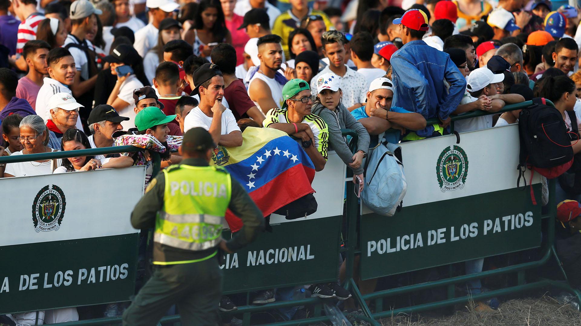 """La Policía contiene en las vallas cercanas al escenario a la multitud que desde muy temprano accedió a la zona del recital """"Venezuela Aid Live"""" cerca del cruce fronterizo del Puente Las Tienditasentre Colombia y Venezuela(Reuters/Luisa Gonzalez)"""