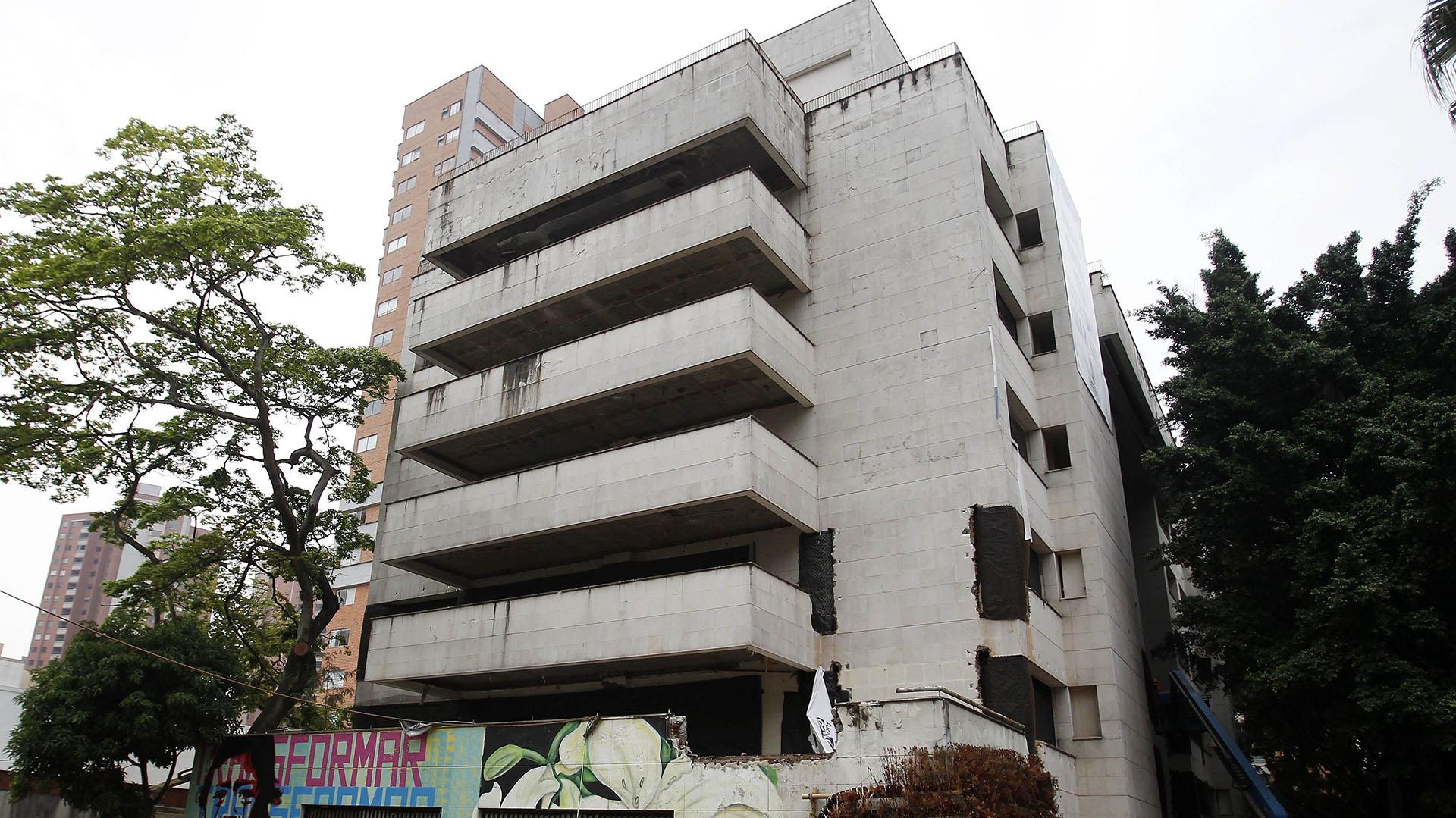 El edificio Mónaco, construido en los 80's por Pablo Escobar, será destruido este viernes. (EFE)