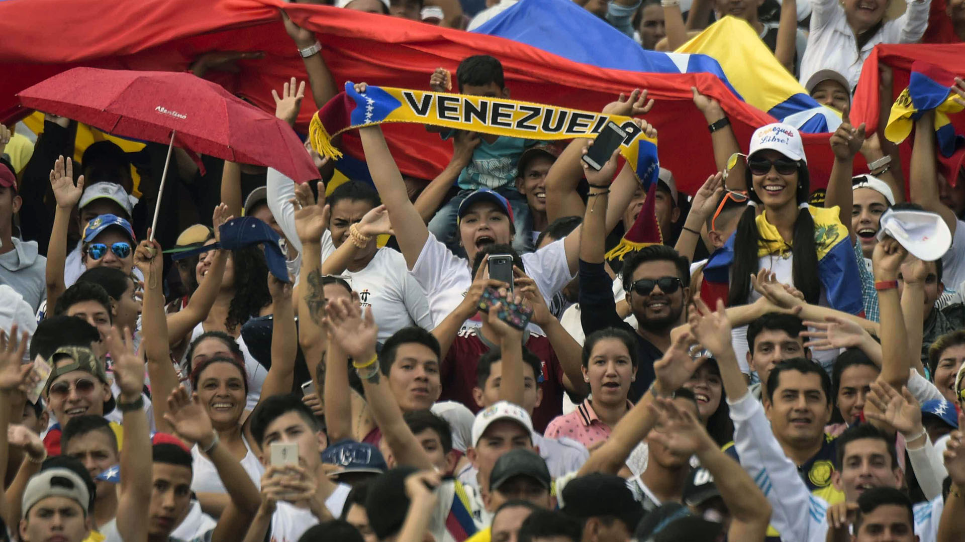 La multitud espera el comienzo del concierto.(AFP)