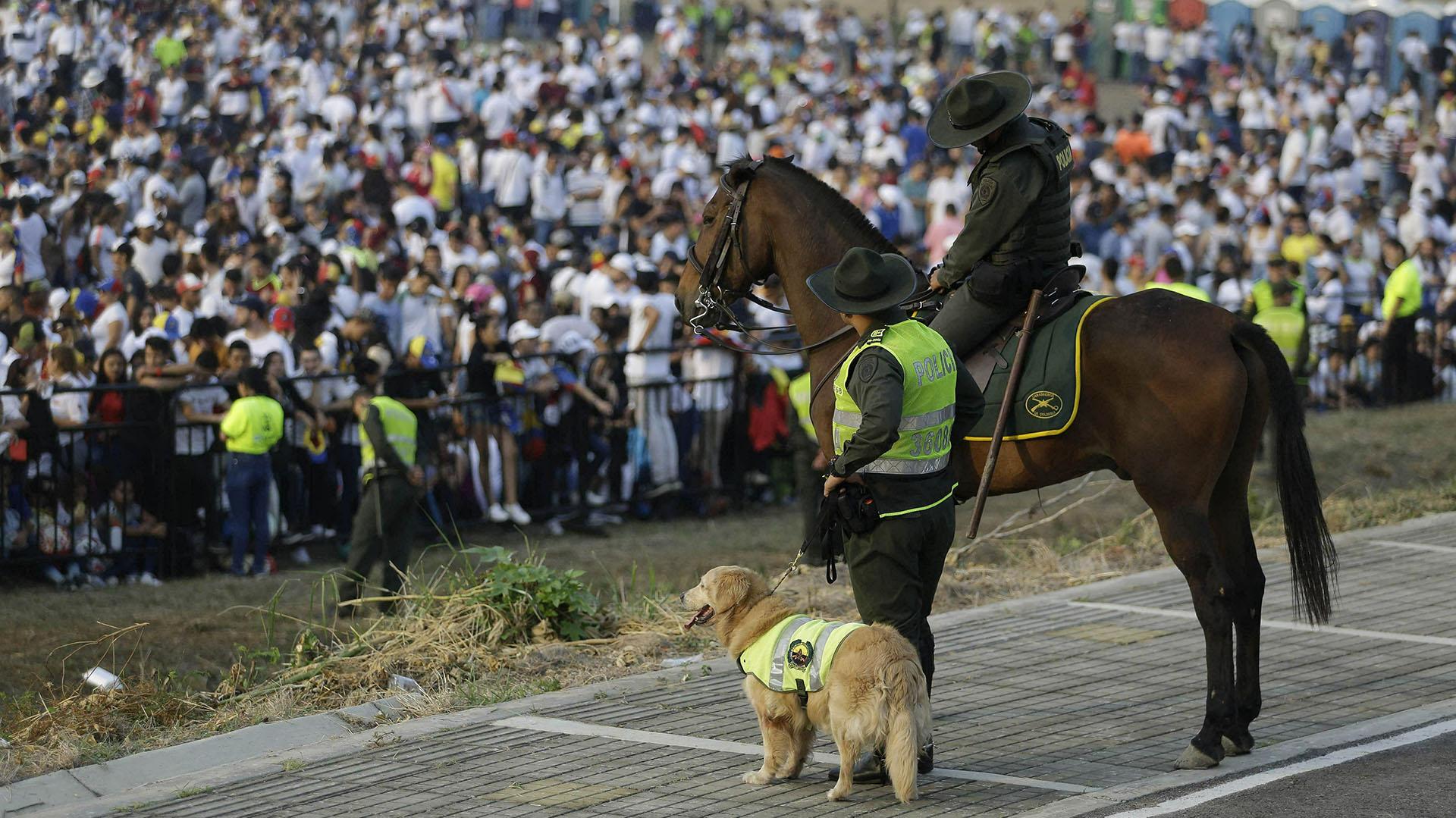"""Un policía vigila la multitud en el concierto """"Venezuela Aid Live"""". (AFP)"""