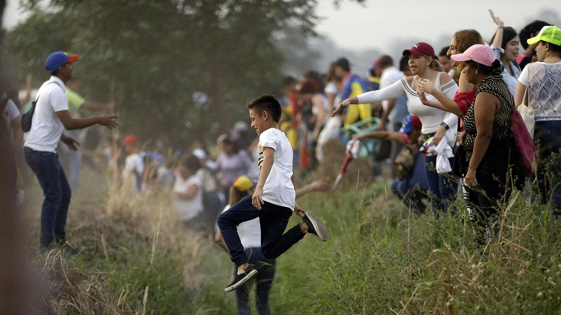 La gente llega al concierto Venezuela Aid Live en las afueras de Cúcuta, Colombia, en la frontera con Venezuela, el viernes 22 de febrero de 2019. (AP)