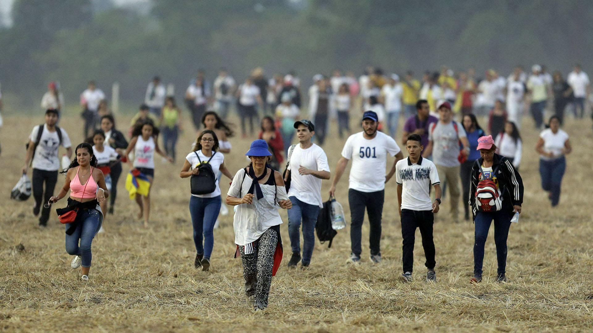 Los espectadores llegan al concierto.(AP)