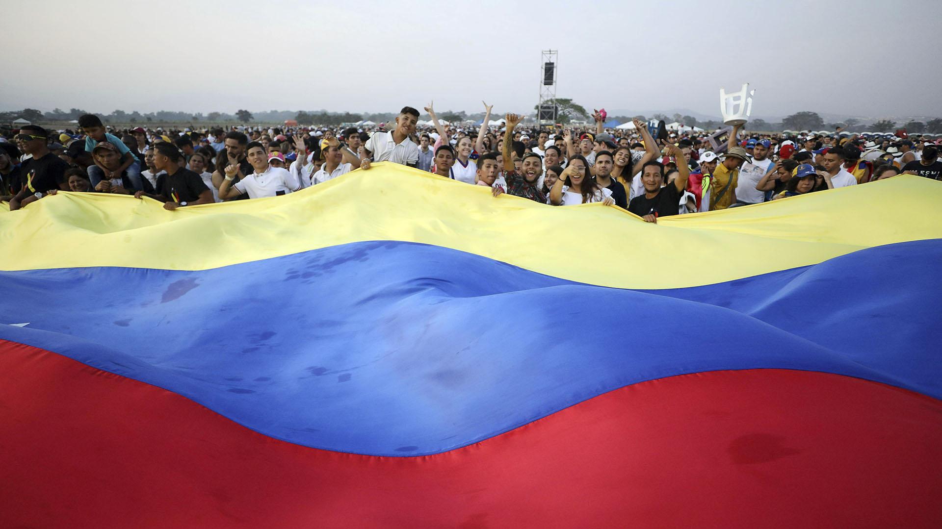 """La bandera venezolana en el concierto """"Venezuela Aid Live"""". (AP)"""
