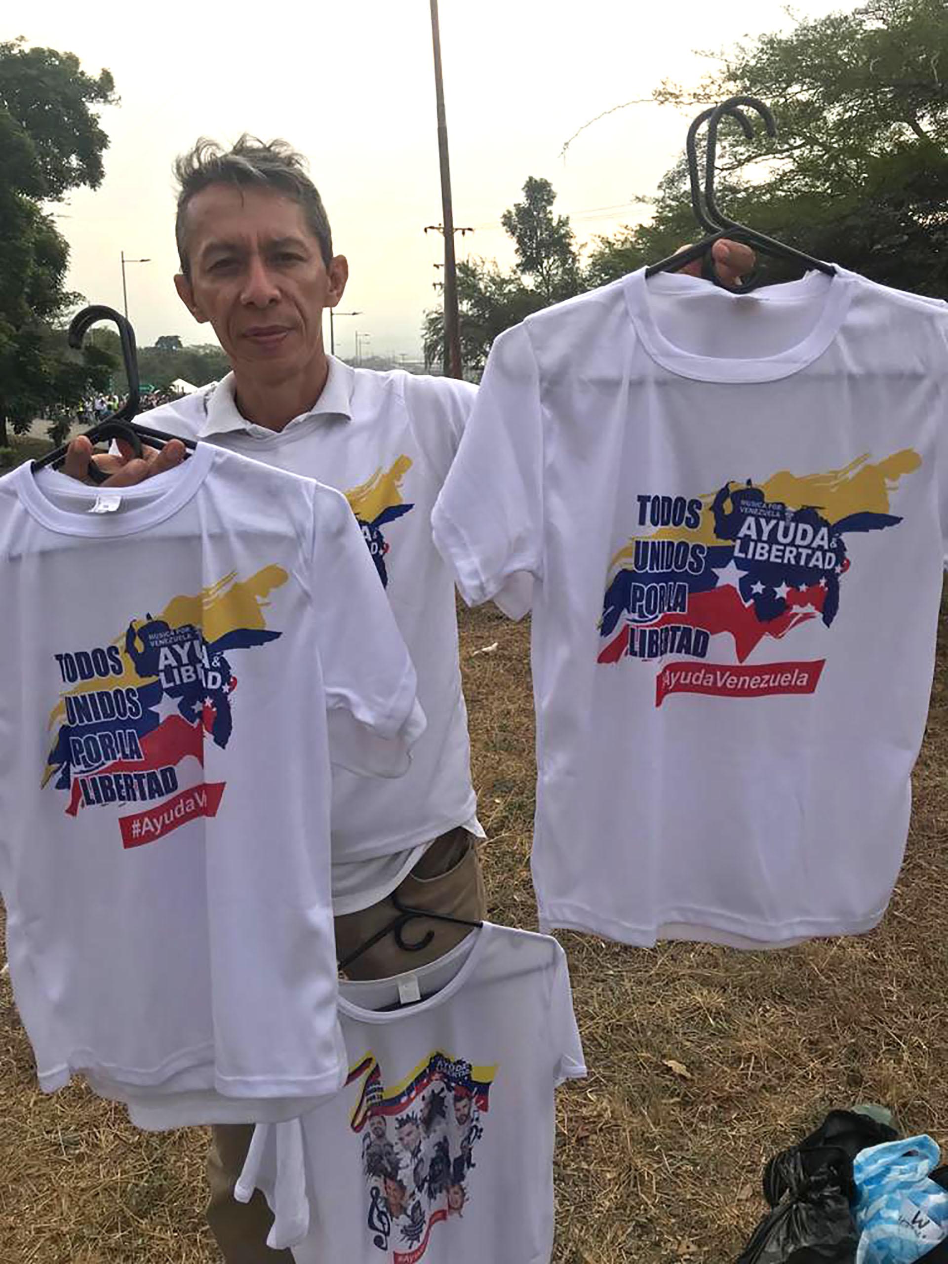 Un vendedor decamisetas en las inmediaciones del concierto Venezuela Aid Live organizado por el multimillonario Richard Branson en Cúcuta, Colombia.