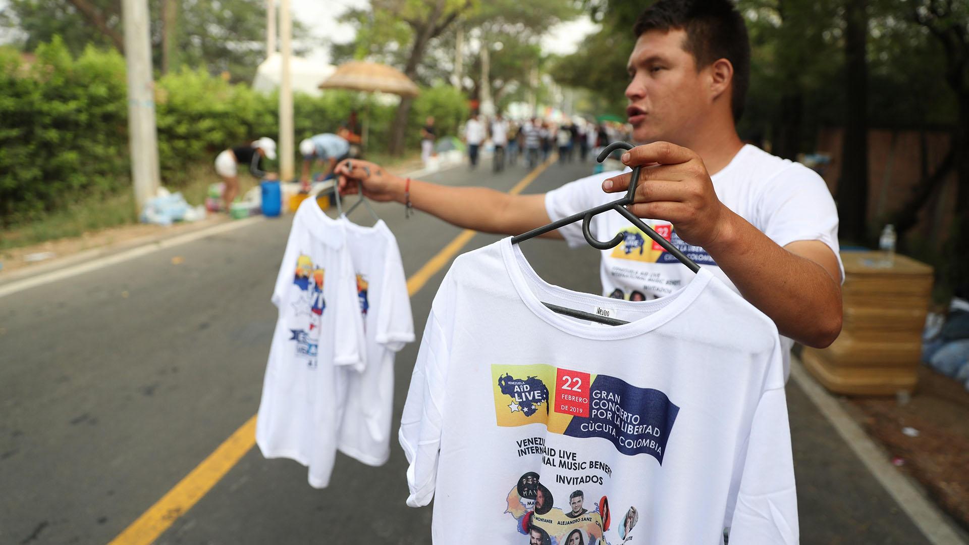 Un hombre vende camisetas previo al concierto Venezuela Aid Live este viernes, en Cúcuta (Colombia) (EFE/ Ernesto Guzmán)