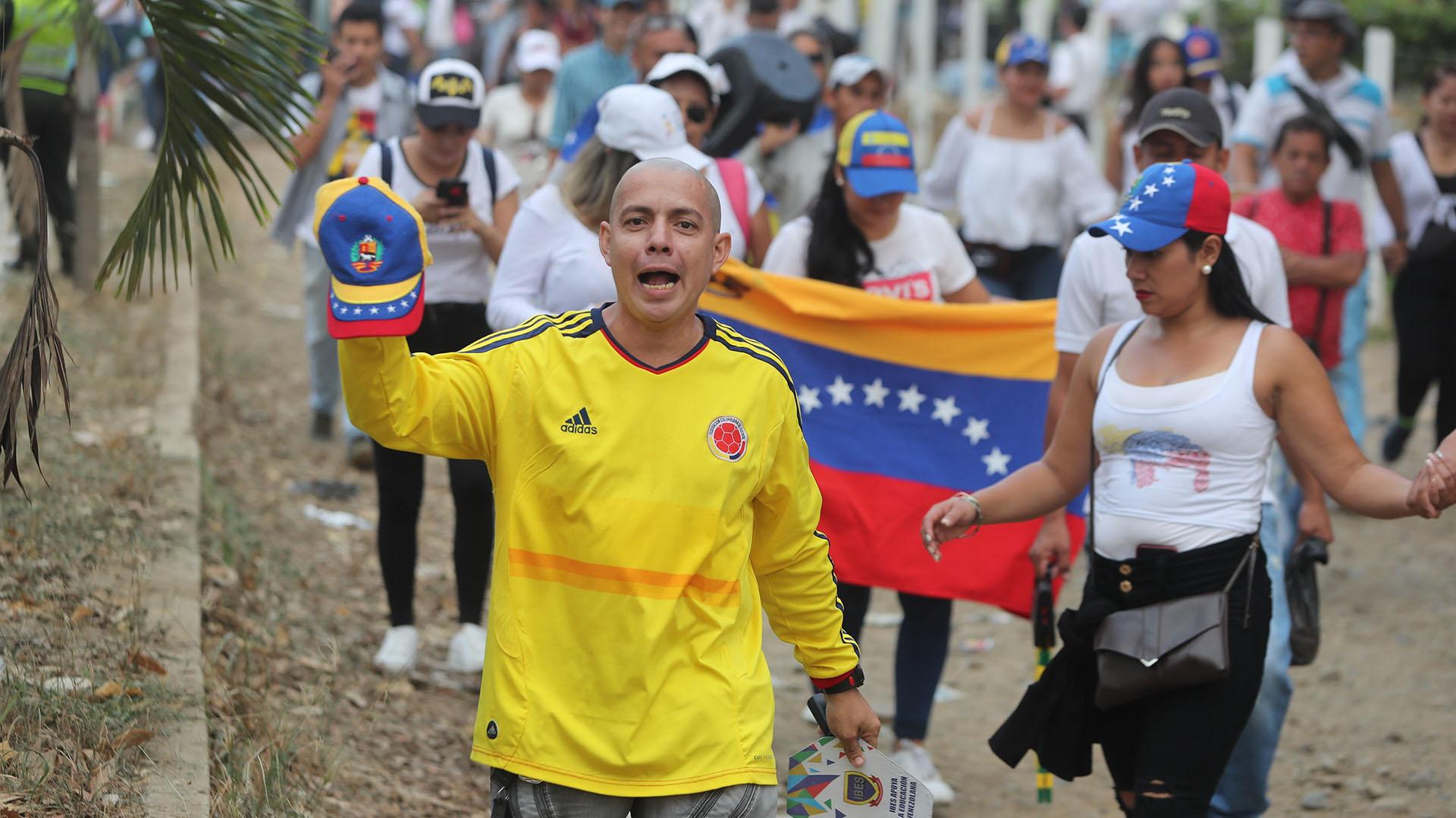 Cientos de venezolanos llegan al concierto para apoyar el restablecimiento de la democracia en Venezuela.