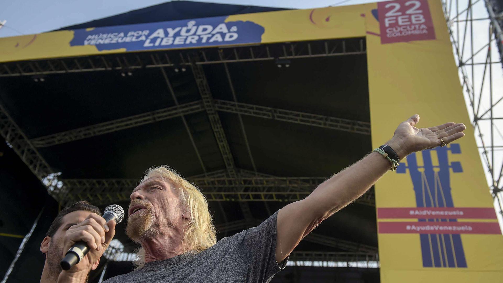 """El multimillonario británico Richard Branson habla durante el concierto """"Venezuela Aid Live"""" que organizó para recaudar fondos para Venezuela en el Puente Internacional Tienditas en Cúcuta, Colombia, el 22 de febrero de 2019. (AFP)"""
