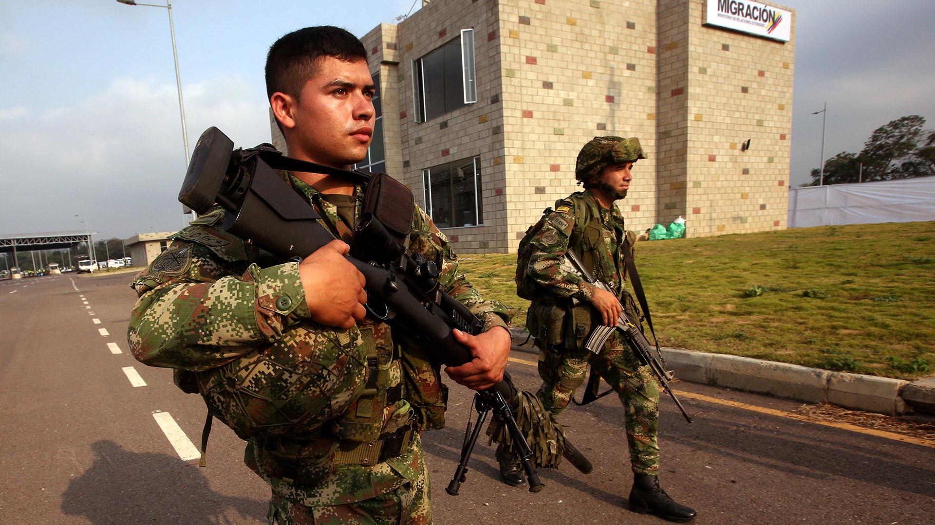 """Miembros del ejército colombiano montan guardia en las inmediaciones del concierto """"Venezuela Aid Live"""" este viernes, en Cúcuta (Colombia). (EFE/ Mauricio Dueñas Castañeda)"""