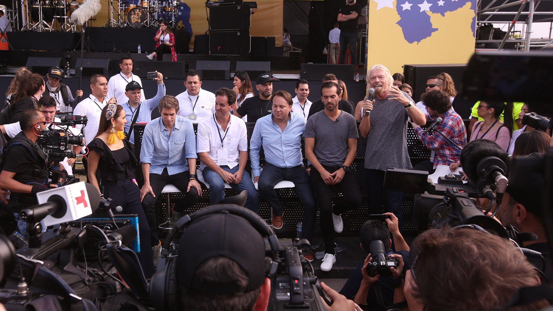 El magnate y organizador del evento Richard Branson (d) habla ante los medios previo al concierto Venezuela Aid Live este viernes, en Cúcuta, Colombia. (EFE)