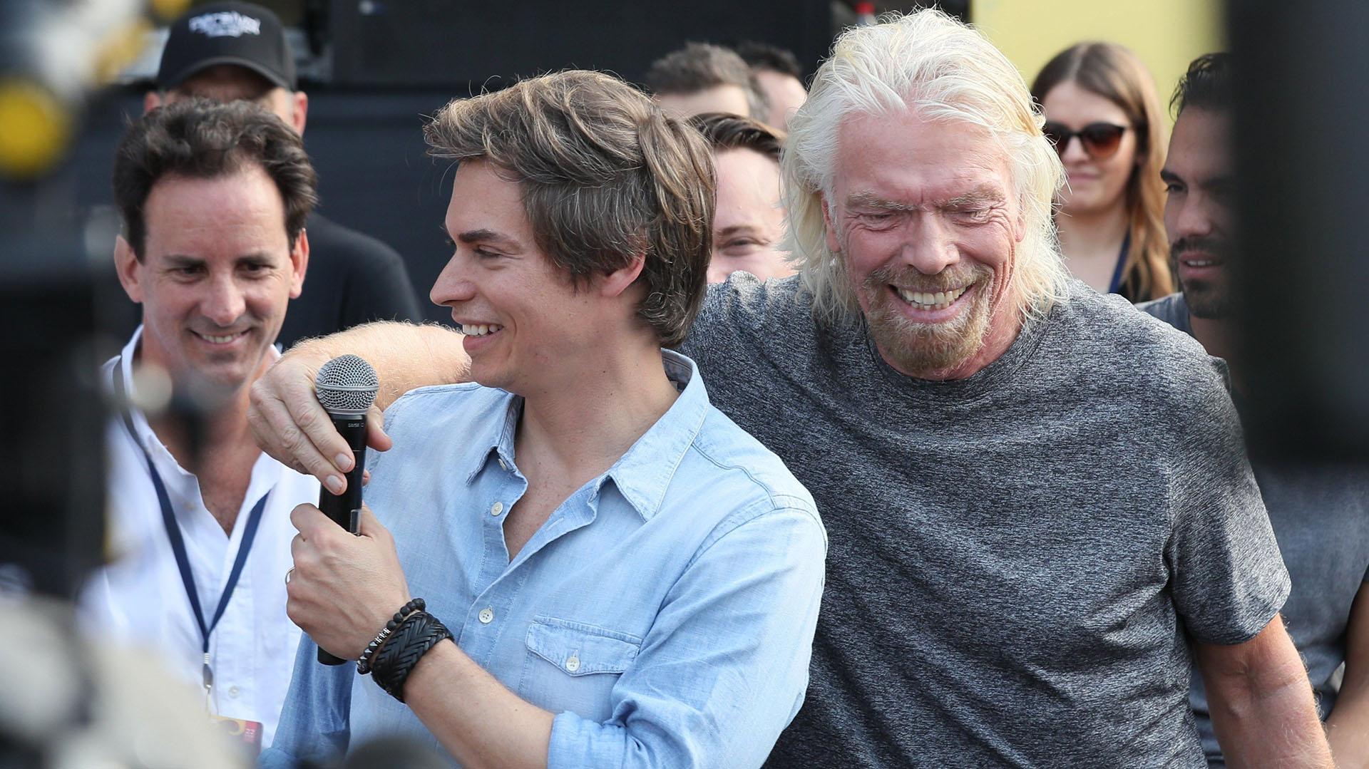 El magnate y organizador del evento Richard Branson (d), y el cantante venezolano Carlos Baute (i) ofrecen declaraciones a los medios previo al concierto (EFE/ Mauricio Dueñas Castañeda)