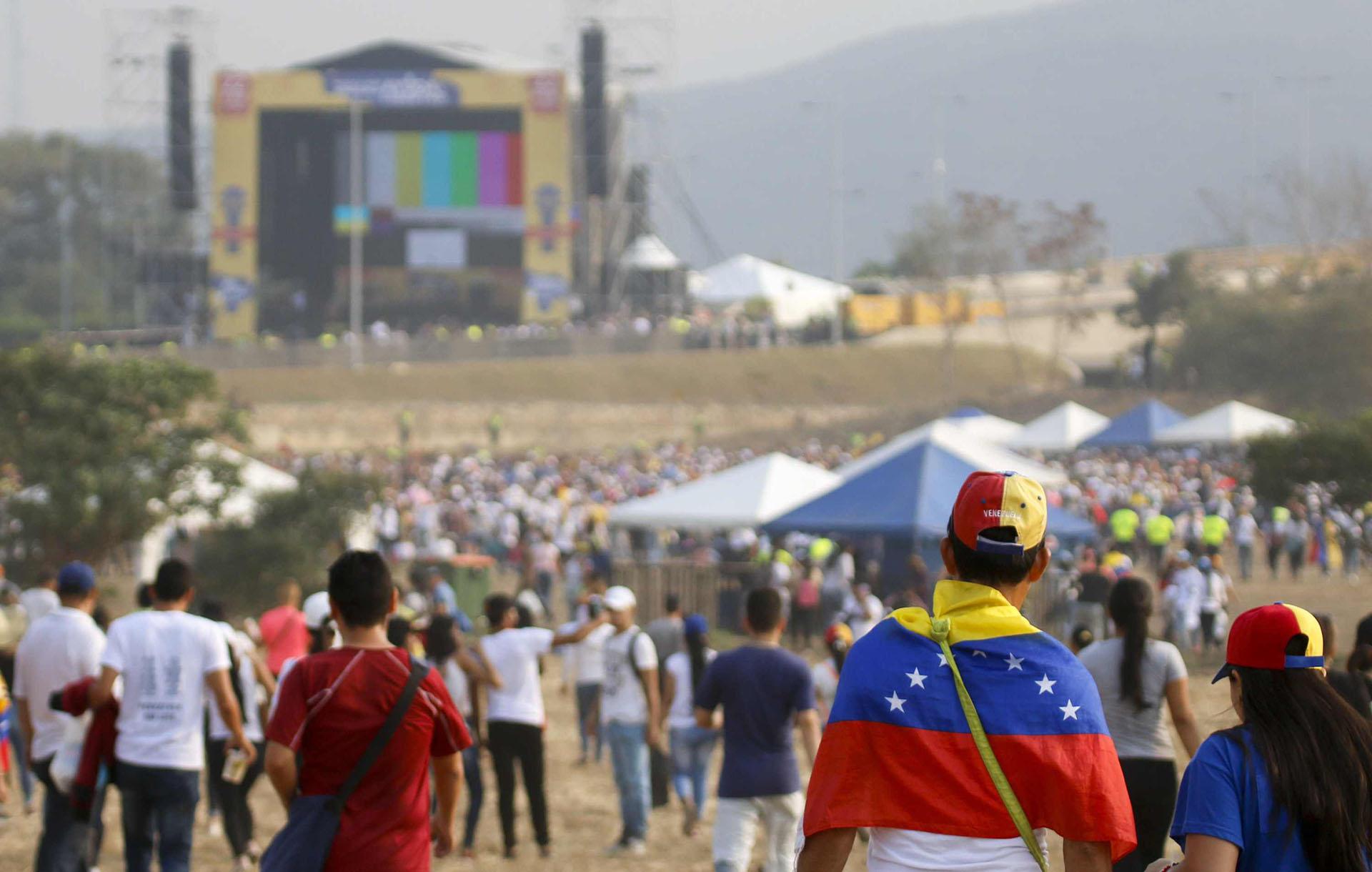 """La gente espera el comienzo del concierto """"Venezuela Aid Live"""", organizado por el multimillonario británico Richard Branson en el Puente Internacional Tienditas en Cúcuta, Colombia, el 22 de febrero de 2019. (AFP)"""