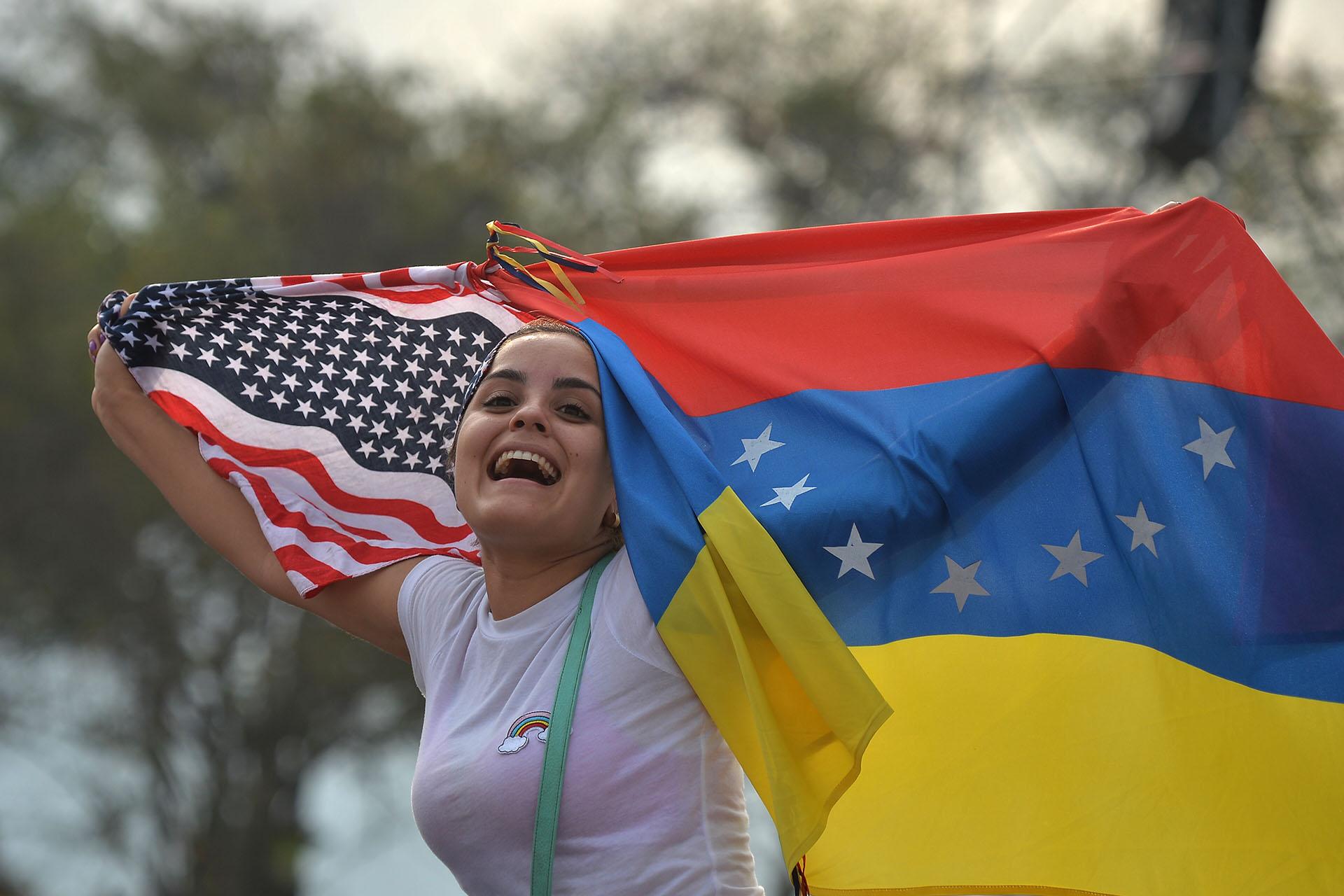 La mujer con las banderas de Venezuela y los Estados Unidos.