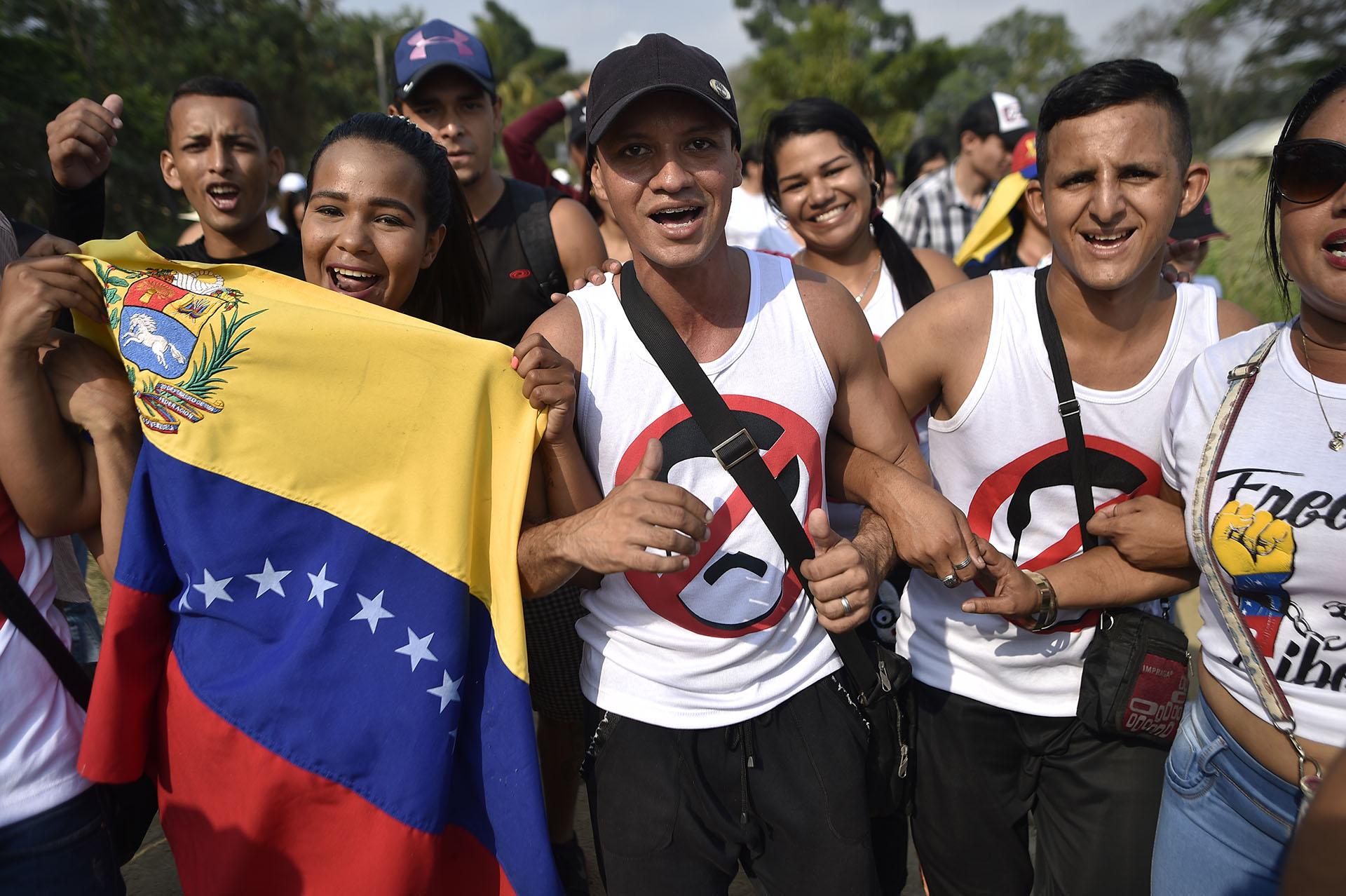 Un hombre con una camiseta en contra del dictador Nicolás Maduro. (AFP)