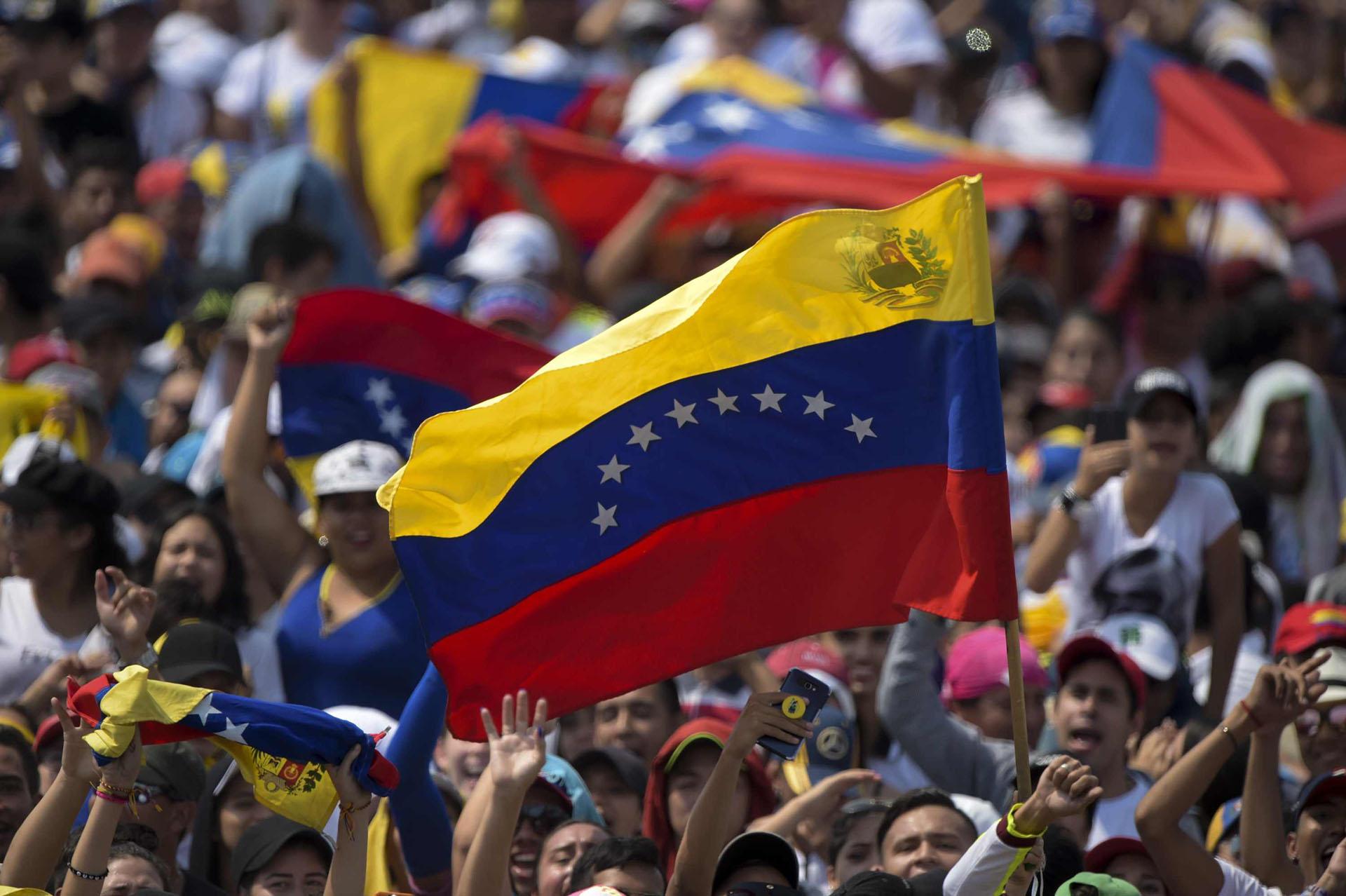"""Una multitud espera el comienzo del concierto """"Venezuela Aid Live"""""""