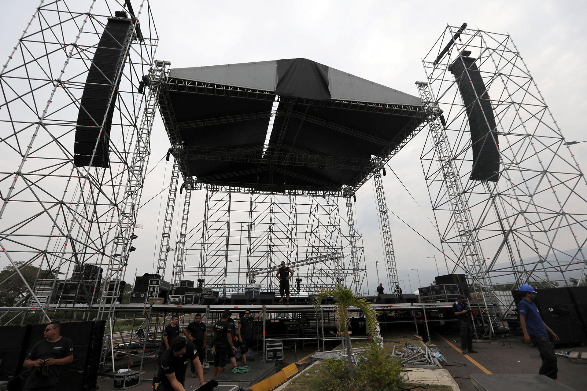 """Los trabajadores montan el escenario para el concierto """"Venezuela Live Aid"""" en el puente fronterizo de Tienditas entre Colombia y Venezuela en Cúcuta, Colombia, el 20 de febrero de 2019. (REUTERS/Luisa Gonzalez)"""