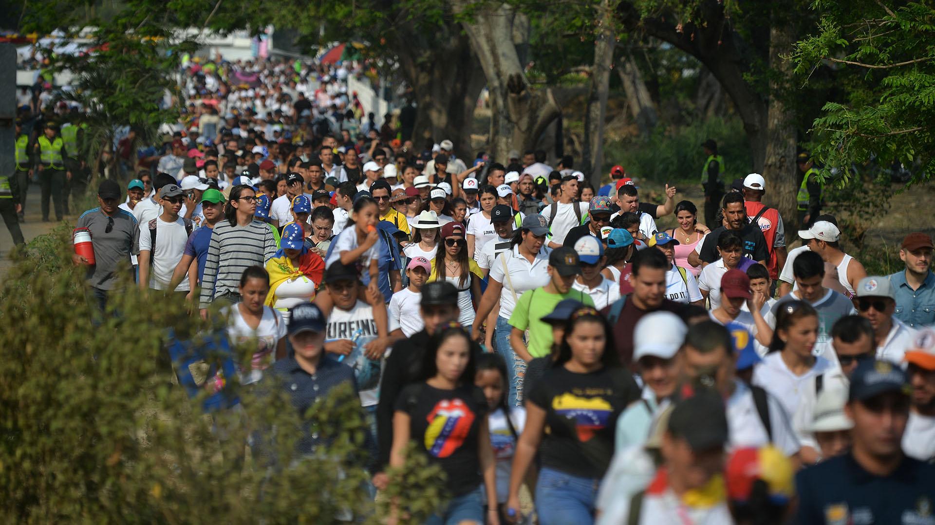 """Filas de personas llegan al concierto """"Venezuela Aid Live"""". (AFP)"""