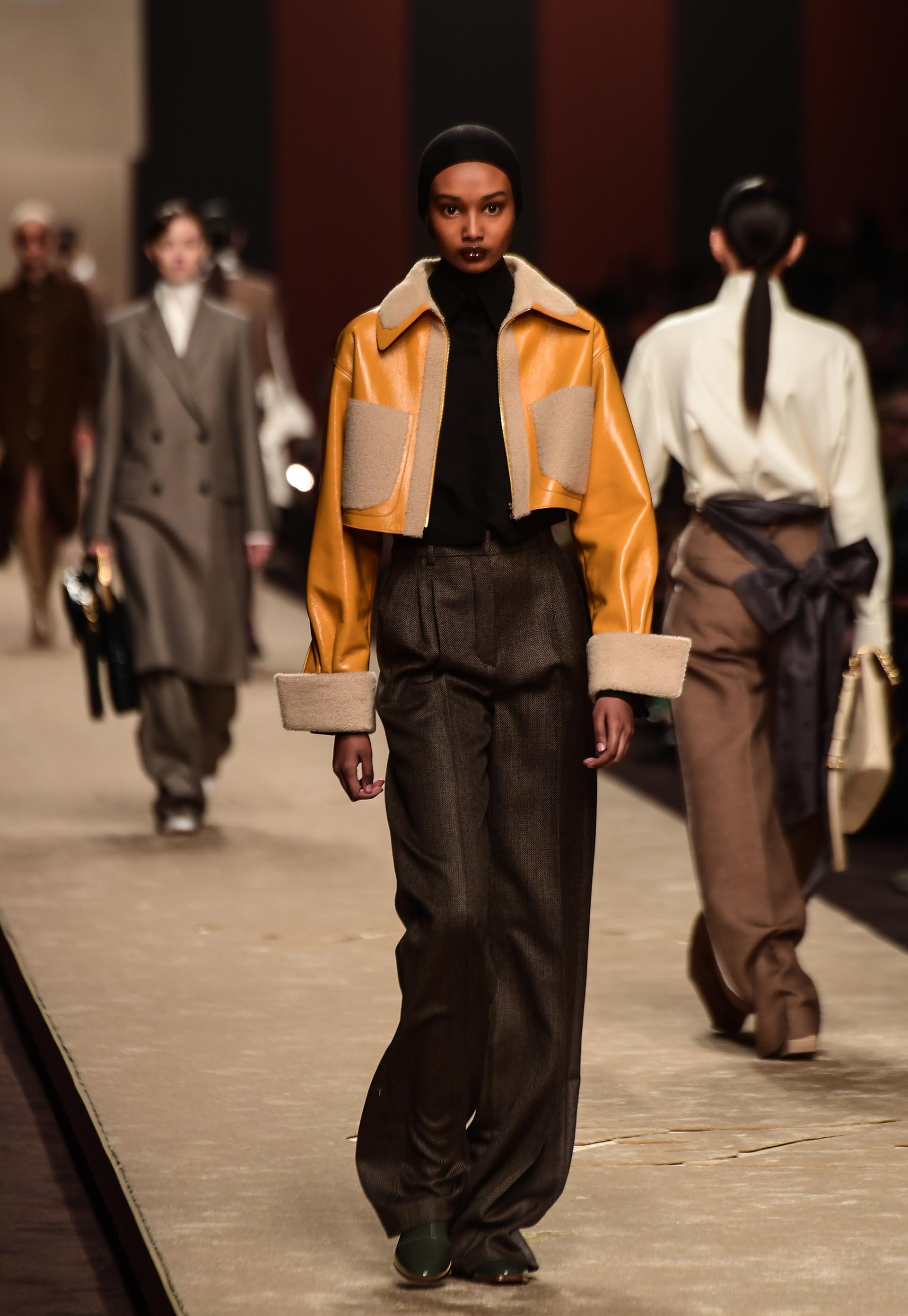 Maxi pantalones sastreros de tiro alto y chaquetas oversized para combatir el frío del invierno con combinación de géneros y texturas