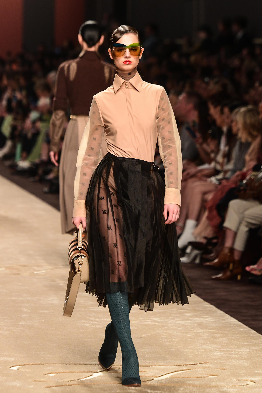Camisas y faldas, un clásico que nunca falta en los elegantes desfiles de Fendi